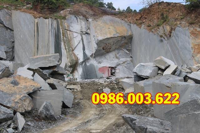 Những tấm đá xanh nguyên khối dùng để xây dựng mộ quây